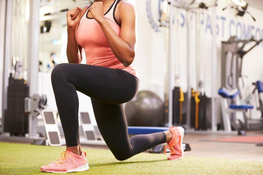 Diese Übungen solltest du mit leichten Gewichten ausführen